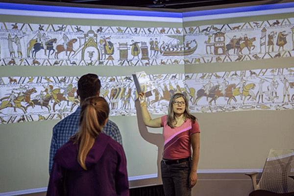 Projection de la tapisserie de Bayeux aux étudiants américains de Caroline du Nord