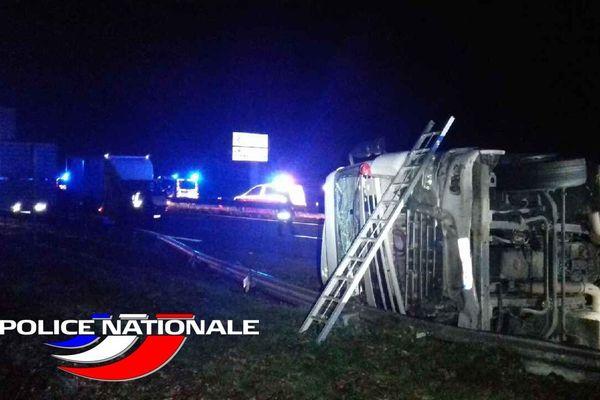Un camion qui transportait 8 tonnes de textile s'est couché sur l'autoroute au Nord de Limoges, vers 1h30 du matin, vendredi 27 novembre