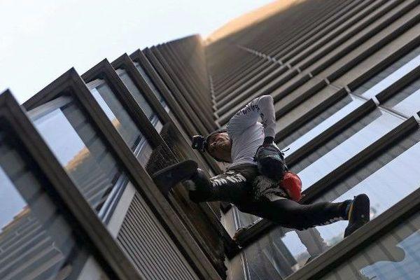 Londres - le spiderman héraultais Alain Robert à l'oeuvre sur une tour de 230 mètres - 25 octobre 2018.
