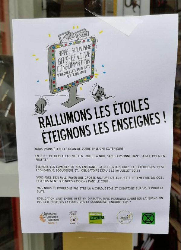 Affichette sur la devanture d'une boutique en centre ville de Nancy.