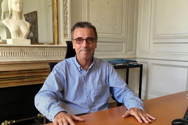 Le nouveau maire de Bordeaux Pierre Hurmic dans son bureau au Palais Rohan.