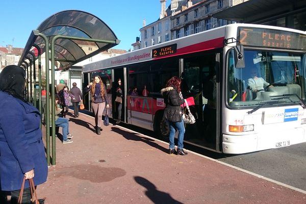 La fin des réductions automatiques pour l'abonnement de bus à Angoulême pour les plus de 65 ans