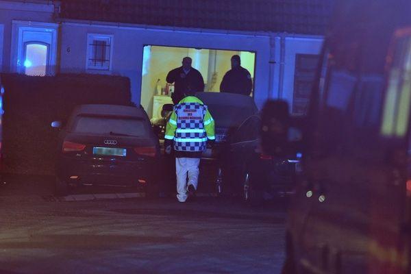 La femme grièvement blessée est la compagne du propriétaire de la maison où la fusillade a eu lieu.
