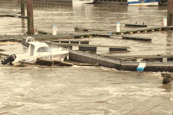 des pontons cassés par la Liane dans le port de Boulogne