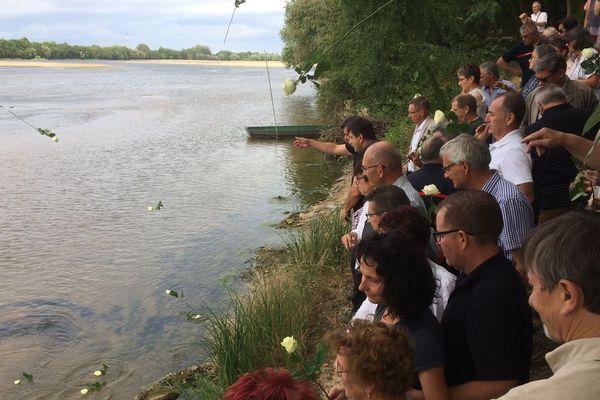 Le groupe de personnes présentes a jeté des roses blanches dans la Loire en souvenir des enfants noyés il y a 50 ans.