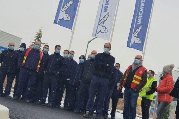 L'ambiance était glaciale jeudi 7 janvier devant l'usine de la Combaude, à Clermont-Ferrand, au lendemain de l'annonce de la suppression de 2 300 postes en France chez Michelin.