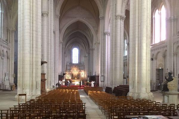 La vigile pascale s'est déroulée, à Poitiers, dans une cathédrale Saint-Pierre vide.