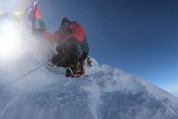 Vadim Druelle a gravi le Manaslu, sommet de 8 163 mètres, sans oxygène ni cordes fixes.