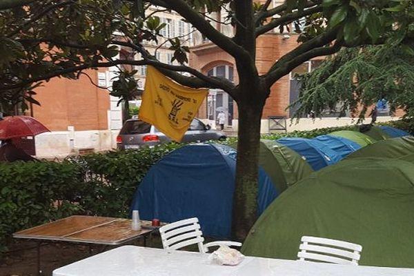 Le DAL a installé ses tentes dans un square à côté de la place Saint-Etienne à Toulouse.