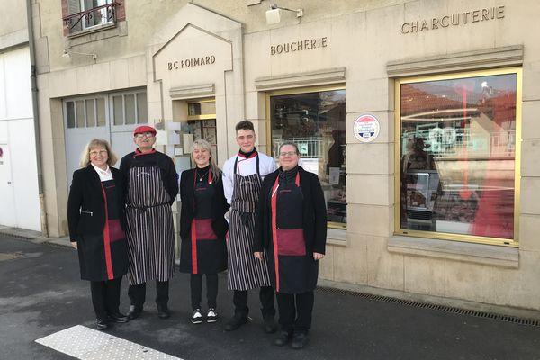 Photo de l'équipe devant la boutique familiale de Lacroix-sur-Meuse. De gauche à droite Christine et Benoît Polmard, Séverine Aubry, Loan Brunella et Claire Georges-Polmard.