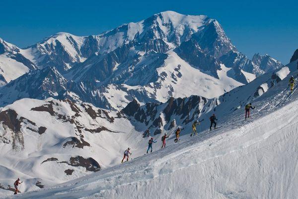 Les concurrents de la Pierra Menta avec en arrière plan le sommet du Mont-Blanc