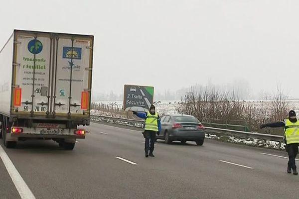 Blocage des poids-lourds par les gendarmes sur l'A13