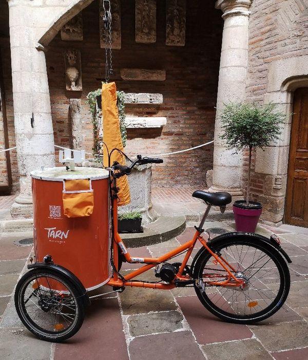 """L'image transmise par ce tricycle à assistance électrique n'est pas anodine. «Il se fond effectivement parfaitement au paysage urbain en véhiculant une image actuelle, ludique et écologique"""", raconte la directrice de Tarn Tourisme."""