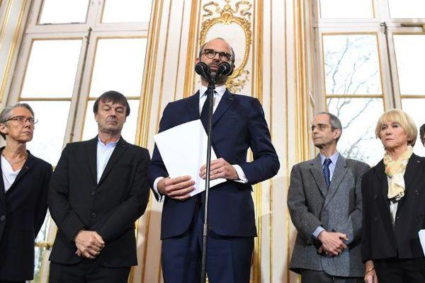 Les représentants de la mission de médiation (à droite) aux côtés de Nicolas Hulot, Édouard Philippe et Élisabeth Borne, à Matignon le 13 décembre.