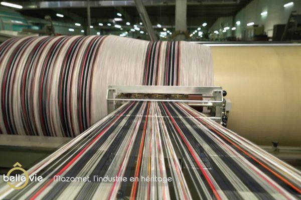 Chaine de fabrication du tissu dans les établissements Jules Tournier. Une action d'ourdissage qui consiste à assembler les fils pour le tissage.