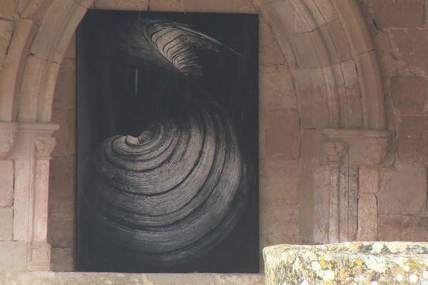 Les grands formats du photographe toulousain, Jean Dieuzaide, sont exposés dans le cloitre de l'Abbaye de Flaran dans le Gers.