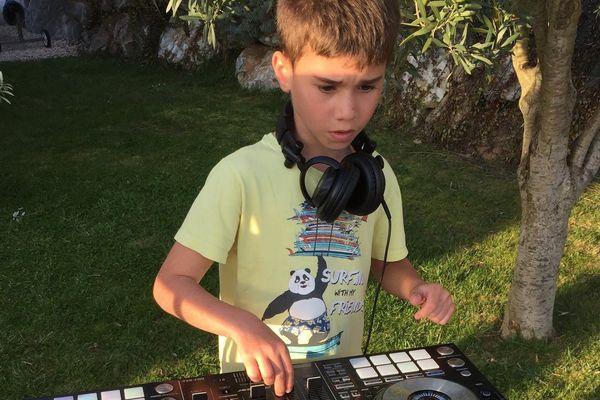 Gabin mixe dans son jardin