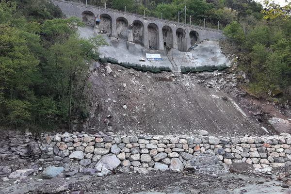 Le train roulera sur ce pont à une vitesse de 10km/h. Des centaines de capteurs vérifient que l'ouvrage ne bouge plus.