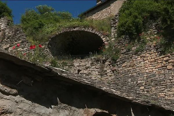 Le petit village de Compeyre en Aveyron compte quelques 200 caves comme celle-ci, nées d'un éboulis calcaire.
