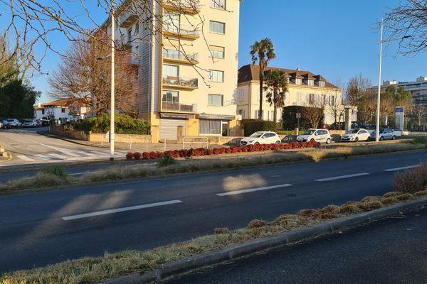 Avenue du Maréchal Soult à Bayonne, sur les lieux où la conductrice a été tuée par un tir d'un fonctionnaire de police.
