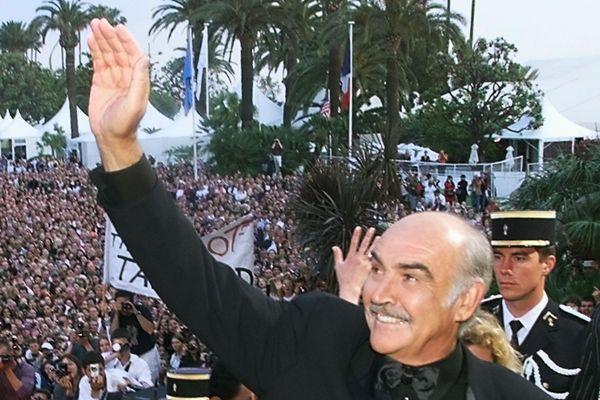 L'acteur Sean Connery salue le public lors du festival de Cannes le 14 mai 1999.