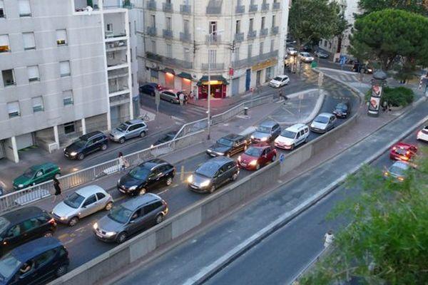 La voie du Pont de Sète, interdite à la circulation et au stationnement, était prise d'assaut hier vendredi à Montpellier.