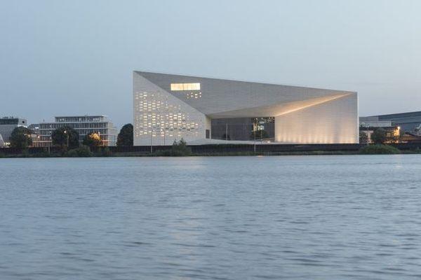 Un bâtiment lumineux, à proximité de la Garonne, rive gauche. Bordeaux.