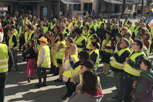Environ 200 femmes Gilets jaunes se sont rassemblées devant la mairie de Saint-Dizier en Haute-Marne ce dimanche 17 février 2019.