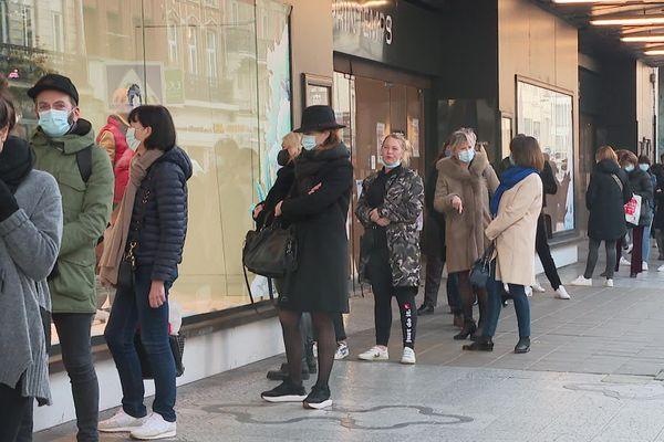 File d'attente dans les rues du Vieux-Lille.