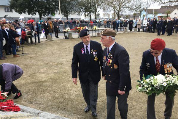 Cérémonie de mémoire devant la stèle du commando britannique, près du Vieux Môle, à Saint-Nazaire