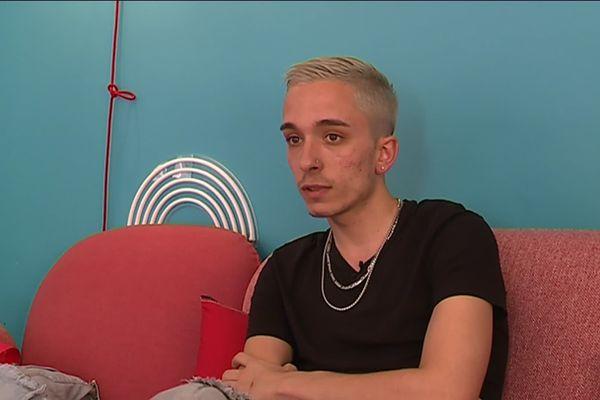 Le jeune homme a dormi dans le garage chez ses parents quand il leur a annoncé qu'il était gay.