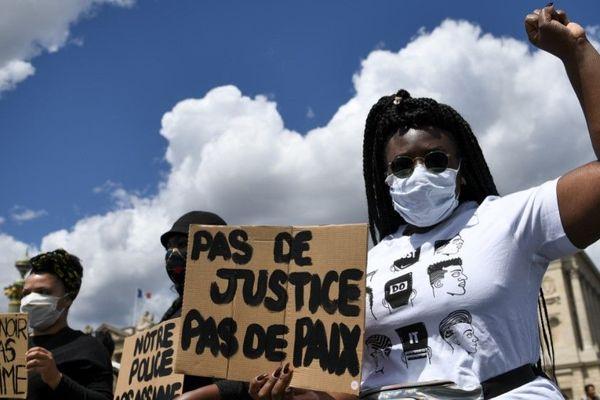 Des manifestants place de la Concorde, ce samedi à Paris.