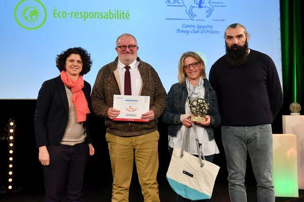 Pascal et Myriam et Deboudt (au centre) reçoivent le Trophée Sport responsable au Stade le France - (à droite 18 décembre 2018.