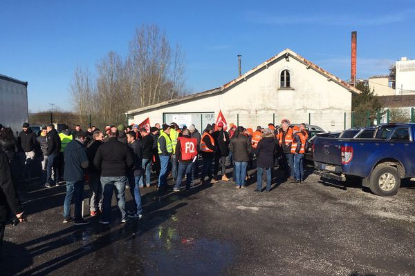 Près de 300 personnes ont manifesté pour dénoncer les 77 licenciements prévus par le nouveau plan social.