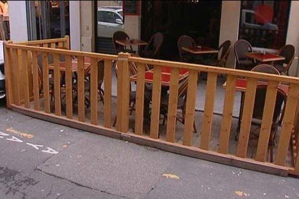 A Lyon, les terrasses grignotent les places de stationnement un peu plus chaque été depuis 2007...