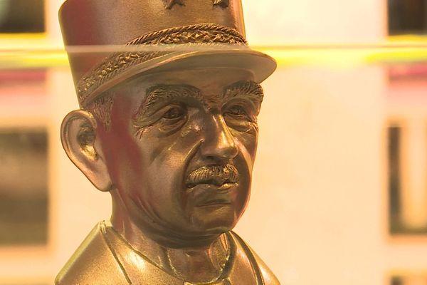 Une fève gagnante = un buste de De Gaulle