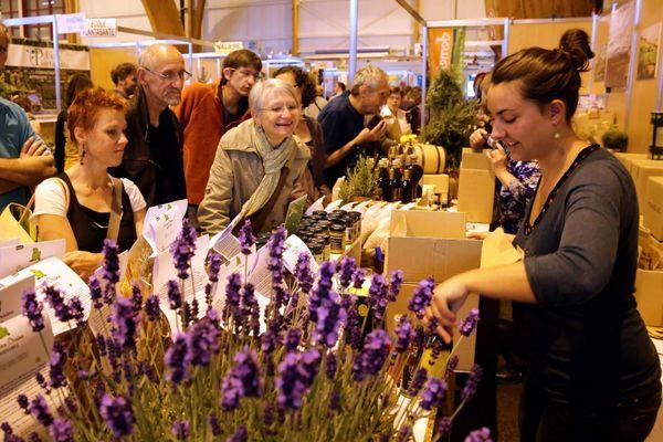 """Le public sur un stand de produits bio lors de la 33e foire Eco-bio d'Alsace au parc des expositions de Colmar sur le thème """"tricotons notre avenir""""."""