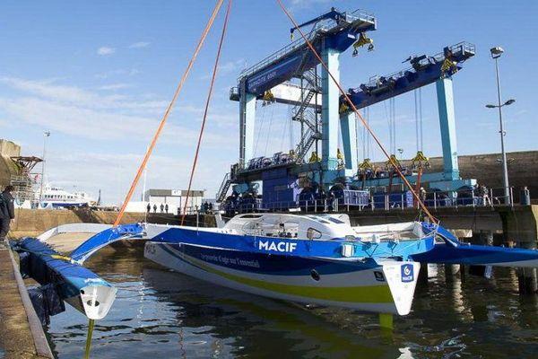 Le trimaran MACIF de François Gabart remis à l'eau à Lorient (56).