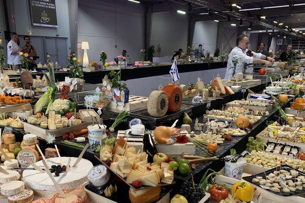 3 tonnes de fromages venus du monde entier ont été nécessaires à ce plateau hors-norme.