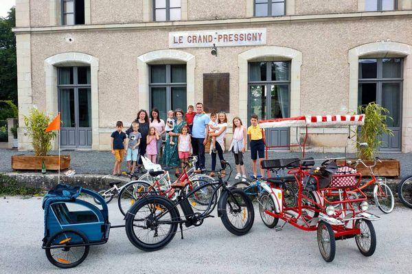La cousinade avec les vélos de Paulette devant la gare du Grand-Pressigny.