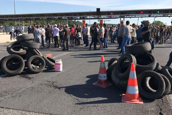 Les vignerons de l'Aude bloquent le péage du Boulou à la frontière espagnole