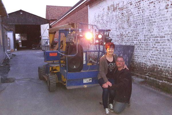 Benoît Havet et sa compagne devant la nacelle à Boiry Saint-Martin