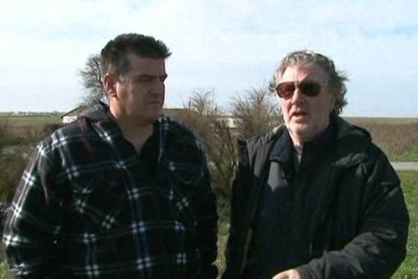 Jean-François Raymond et Patrick Martin réclament, comme beaucoup d'habitants de Charron, la réfection de la digue nord de la commune.