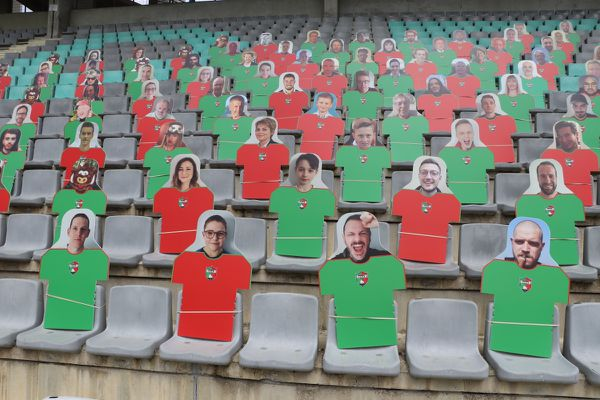 Pendant les matchs, dans les stades, les fidèles du club ne sont présents que par la pensée, et par leur avatar en carton