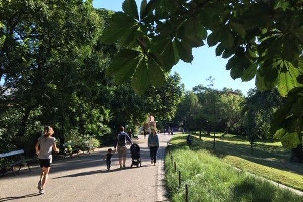 Le parc des Buttes-Chaumont à Paris a ouvert ses grilles à 7 heures ce matin