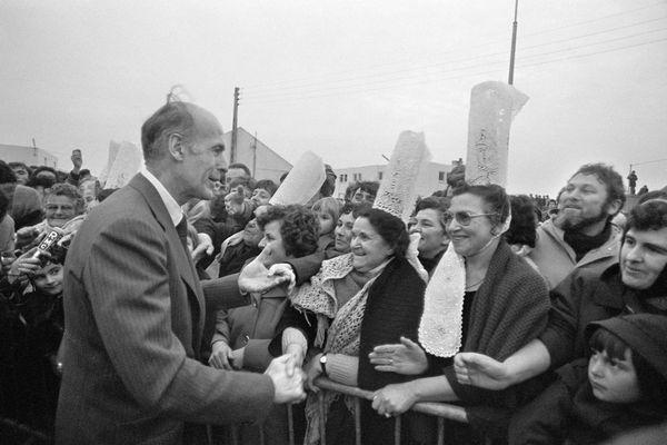 Valéry Giscard d'Estaing avec des Bigoudènes lors de sa visite au port de Saint-Guénolé lors de sa visite en Bretagne le 8 février 1977 - AFP