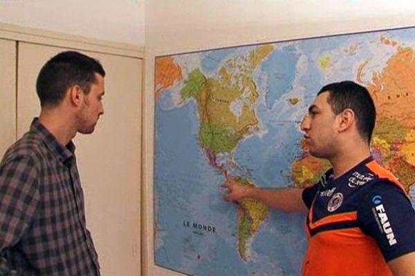 Romain Bouguedoura et son ami Hugues en plein préparatifs du tour du monde.
