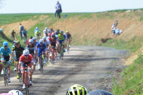 Sur le côté droit de la photo, sur le bord de la route on voit Michael Goolaerts chuter au passage du peloton.