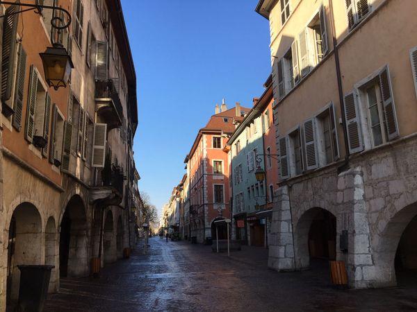 Les rues du centre-ville complètement désertes.