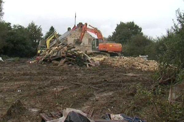 Les pelleteuses à l'oeuvre sur le lieu dit des Blanchettes première maison à tomber.